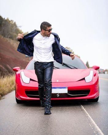 Carlinhos Maia acaba de comprar uma Ferrari 458 Itália, avaliada em mais de R$ 1,5 milhão. O influenciador digital mostrou o novo 'brinquedinho', nesta terça-feira (25), por meio de ensaio fotográfico compartilhado nas redes sociais. 'Dos meus sonhos de menino para realidade que sempre acreditei. Não limite seus sonhos... Obrigado, Deus', escreveu no Instagram. Veja mais sobre a conquista!