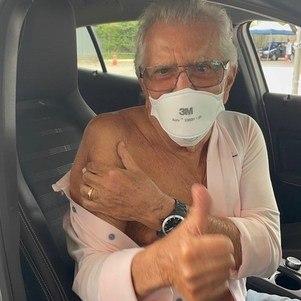 Carlos Alberto de Nóbrega recebe 2ª dose do imunizante