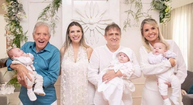 Carlos Alberto de Nóbrega batiza netos trigêmeos