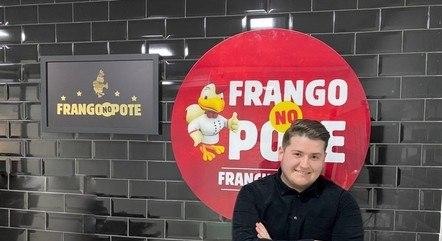 Carlos Augusto é o CEO da franquia Frango no Pote aos 22 anos