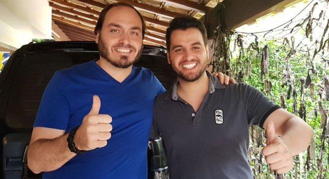 Filipe Martins (à dir.) com Carlos Bolsonaro; jovem assessor da Presidência conhece Olavo há mais de uma década