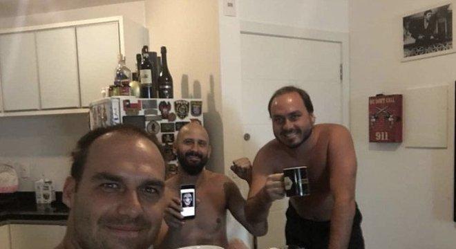 Carlos com o irmão Eduardo e o professor de jiu-jitsu e instrutor de armas Tony Eduardo (ao centro) Vereador discreto