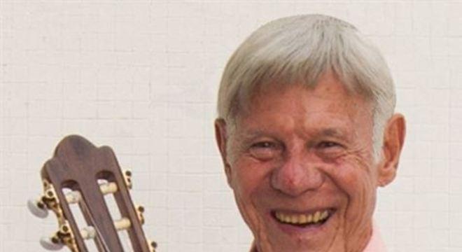 Carlos estreou sua carreira profissional em 1957, apresentando-se no programa