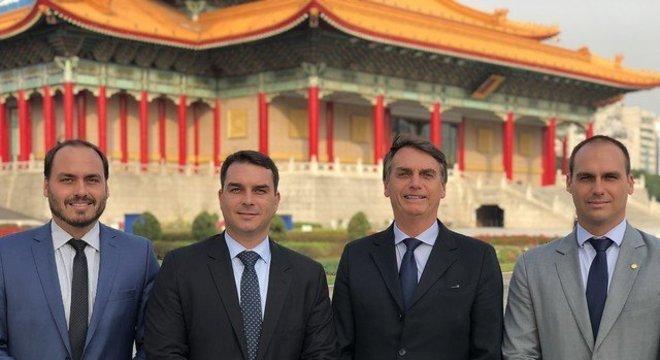 Carlos, Flávio, Jair e Eduardo Bolsonaro durante viagem a Taiwan, em 2018