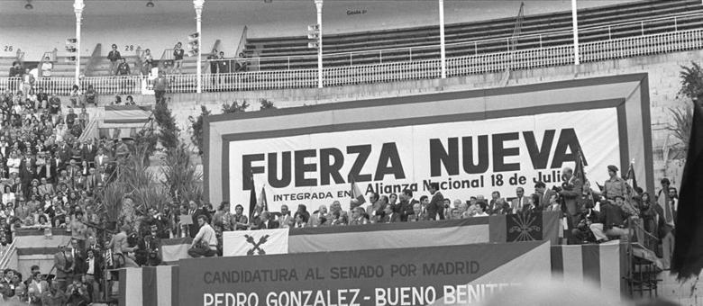 Tribuna presidencial em manifestação do grupo de extrema-direita Fuerza Nueva