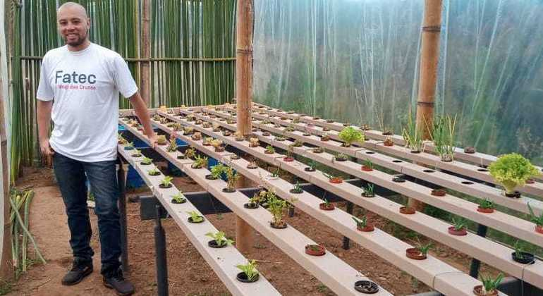 Carlos Melo mostra o projeto de aquaponia desenvolvido na Fatec de Mogi das Cruzes (SP)