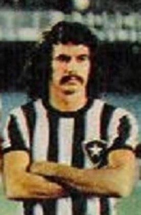 CARLOS ROBERTO vem em seguida. O volante disputou 440 partidas com a camisa do Glorioso e venceu a Taça Brasil de 1968 e três Cariocas.