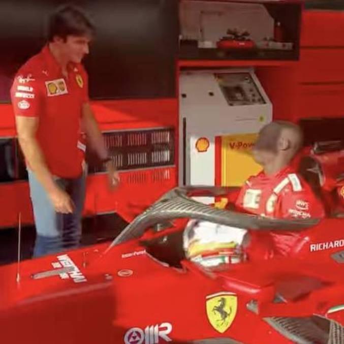 Carlos Sainz se divertiu com visita de Khaby Lame à escuderia Ferrari
