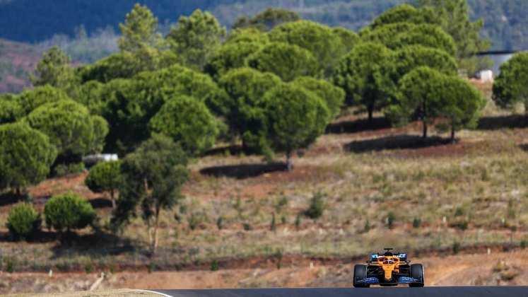 Carlos Sainz, sozinho, na pista portuguesa durante o TL1
