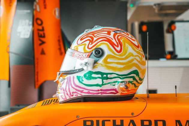 Carlos Sainz vai com um capacete novo para o GP de Eifel