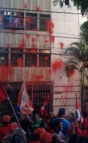 Fachada foi atingida por tinta vermelha