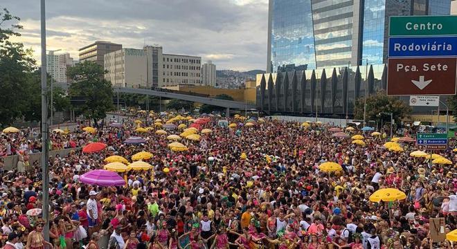 Bloco Então Brilha, levou 500 mil pessoas ao centro no começo da manhã