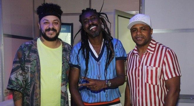 Dodô (ao centro) se apresenta no Camarote Bar Brahma na noite de domingo