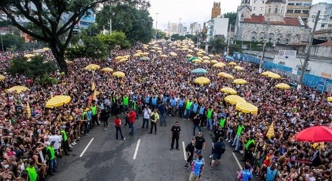 Foliões se divertem no Bloco da Pablo, na Avenida Tiradentes, centro de São Paulo