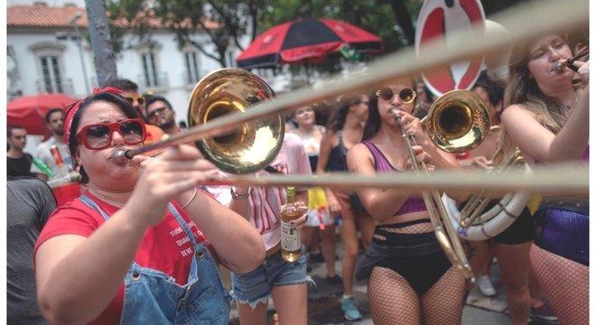 Aglomerações típicas do Carnaval, os blocos têm potencial para disseminação de doenças, segundo especialistas