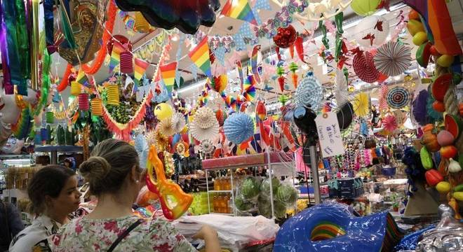 Venda de acessórios para o Carnaval na região da rua 25 de Março, em São Paulo