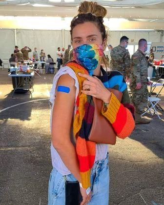 Carolina Dieckmann acaba de engrossar a lista dos famosos vacinados contra acovid-19. A atriz de 42 anos recebeu o imunizante no dia 8 de abril, nos Estados Unidos, país onde mora já há alguns anos com a família