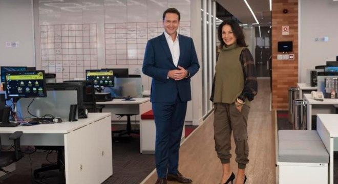 Eduardo Ribeiro e Carolina Ferraz na redação do 'Domingo Espetacular'