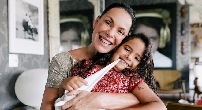 Carolina Ferraz e a filha Isabel, de 5 anos