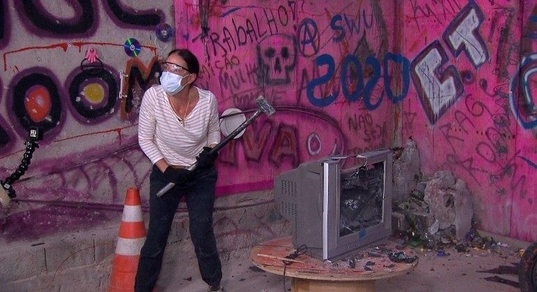"""Carolina Ferraz conhece o """"quarto da raiva"""", que serve para acabar com o estresse acumulado"""