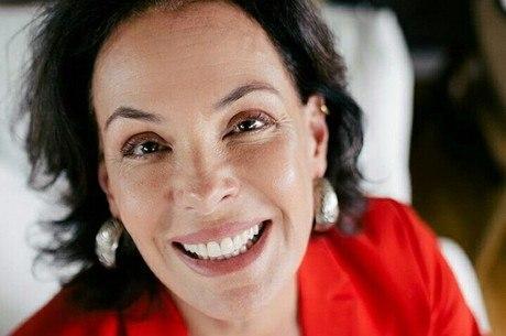 Carolina Ferraz é adepta da ioga facial
