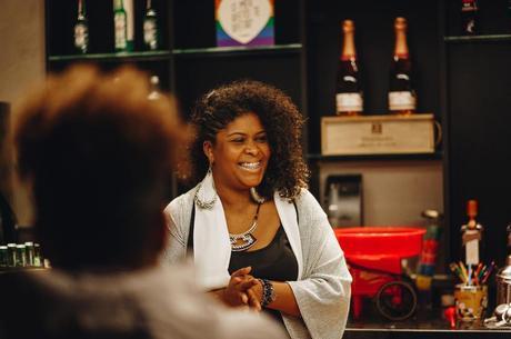 Caroline Moreira é uma das idealizadoras do projeto Afromáscaras, que conecta costureiras de mais de 10 estados