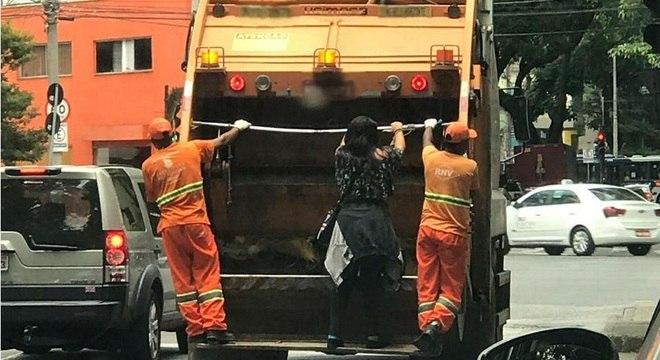 Mulher subiu no caminhão após perguntar para onde garis iriam