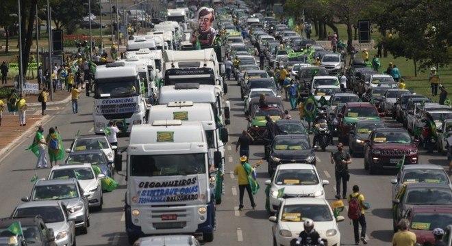 Carreata de apoio ao governo atravessa as ruas de Brasília