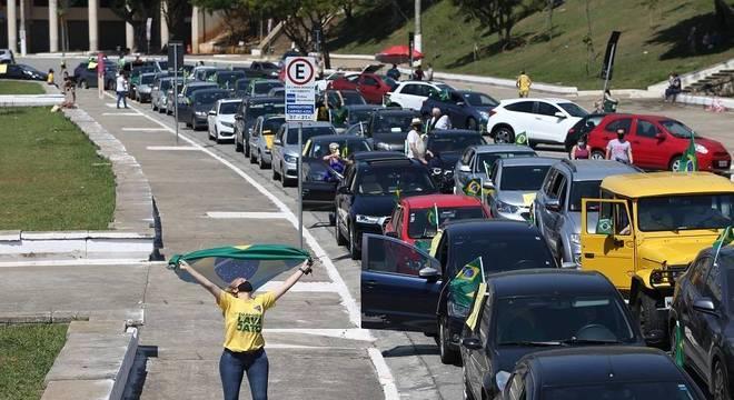 Manifestantes fazem uma carreata em apoio à Operação Lava Jato