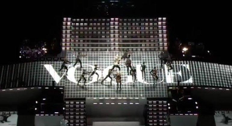 Carregada por soldados em cima se um trono em referência a Roma Antiga, Madonna levou o público ao delírio em um espetáculo memorável. L.M.F.A.O, Cee Lo Green e as cantoras Nicki Minaj e M.I.A também participaram do show.