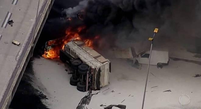 Carreta cai do Rodoanel, atinge veículos e pega fogo em São Paulo