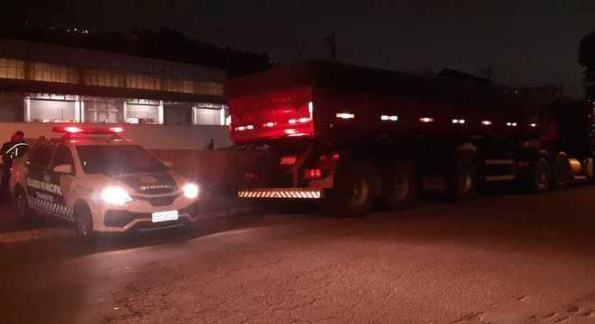 Motorista é feito refém após roubo de carreta em São Paulo