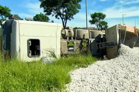 Carga de 33 toneladas de brita ficou espalhada na pista