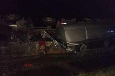 Carreta tombou na BR-040, em Barbacena (MG)