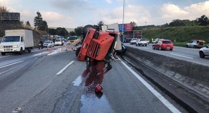 Carreta que transportava lubrificantes tombou no Km 68 da Fernão Dias, em SP