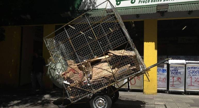 Carrinho de carroceiro carregado de papelão no bairro de Santa Cecília, no centro de São Paulo