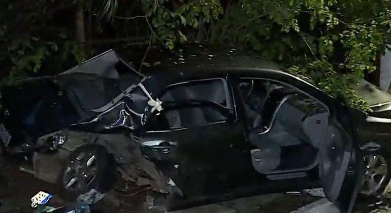 Um dos carros envolvidos no acidente ficou totalmente destruído; uma pessoa morreu