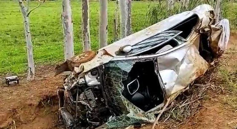 Carro ficou destruído depois de cair de uma ponte e vítima foi arremessada do veículo