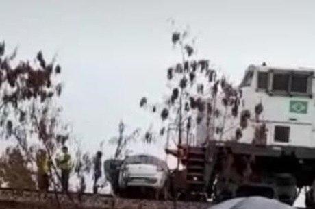 Carro foi arrastado por trem em Betim (MG)