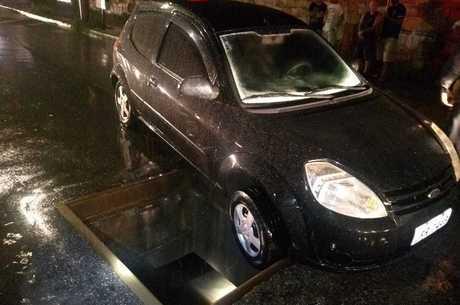 Carro do casal ficou com roda presa em bueiro