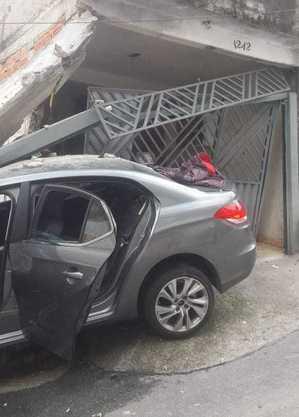 Carro atinge casa em Itaquera, na zona leste de São Paulo