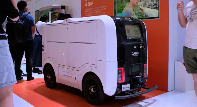 Veículo de entrega autônomo é apresentado em feira mundial sobre IA em Xangai