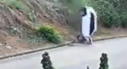 Imagem mostra momento que carro cai do barranco