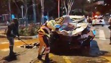 Jovem fica ferido após colidir o carro de frente com ônibus em SP