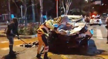 Veículo ficou destruído após colisão frontal