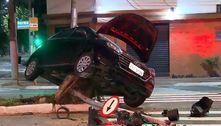 Motorista bêbado causa acidente após perder o controle do veículo