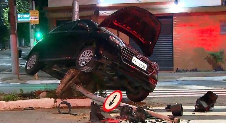 Motorista bêbado causa acidente após perder o controle do veículo em avenida de SP