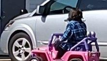 Novo normal: mulher usa mini carro infantil para fazer compras