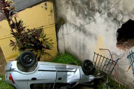 Carro caiu na varanda de uma casa após capotar