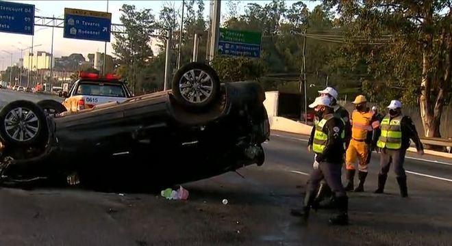 Acidente entre três carros ocorreu nesta manhã na Marginal Pinheiros